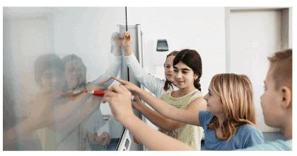 SMART Board ekrāns un skolnieki