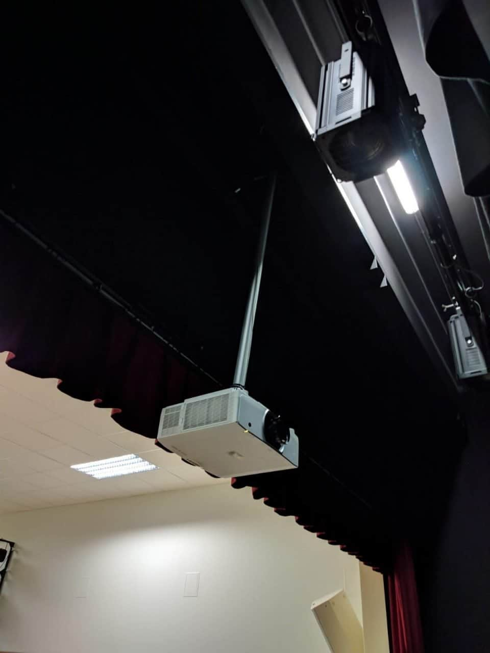 Projektora ar pielāgotu lēcu un lielformāta ekrāna uzstādīšana Kalnciema vidusskolā